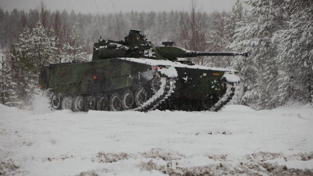 Ruotsalainen Stridsfordon 90 -rynnäkkövaunu. Arkistokuva.