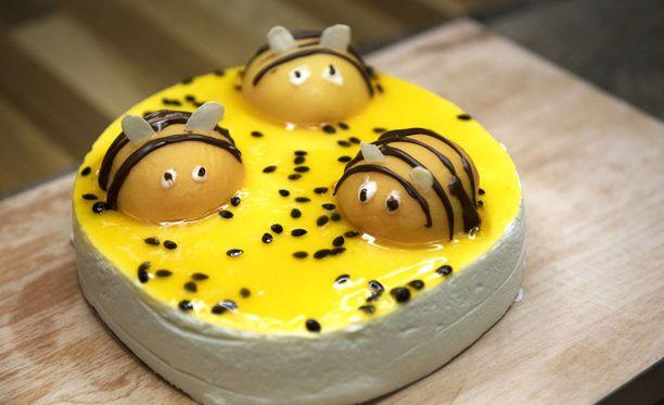 Mehiläiskoristeet sopivat hyvin juustokakun päälle.