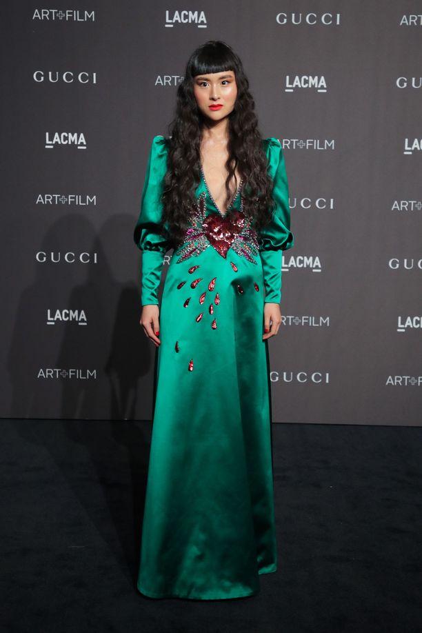 Kun puku on näyttävää jalokivisävyä, et edes tarvitse koruja! Mallia näyttää Asia Chow.