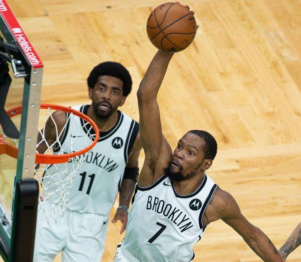 Kyrie Irving (vas.) ja Kevin Durant ottivat voimakkaasti kantaa kannattajien käytökseen.