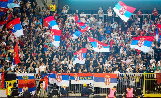 Kotijoukkue Serbian kannattajilta ei kansallisia symboleja uupunut.
