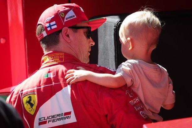Kimi Räikkösen esikoislapsi Robin täytti tammikuussa viisi vuotta. Kuva kolmen vuoden takaa F1-varikolta, kun suomalainen edusti vielä Ferrarin punaista nuttua.