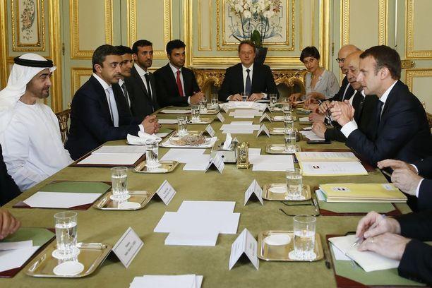 Ranskan presidentti Emmanuel Macron ja Abu Dhabin kruununprinssi sheikki Mohammed bin Zayed al-Nahyan keskustelivat Qatarin kriisistä Pariisissa kesäkuussa.