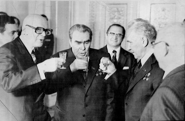 Suomen ja Neuvostoliiton läheisyyttä kylmässä sodassa on tutkittu paljon. Kuva Moskovasta toukokuussa 1977, vasemmalta Urho Kekkonen, Leonid Brezhnev ja Aleksei Kosygin.