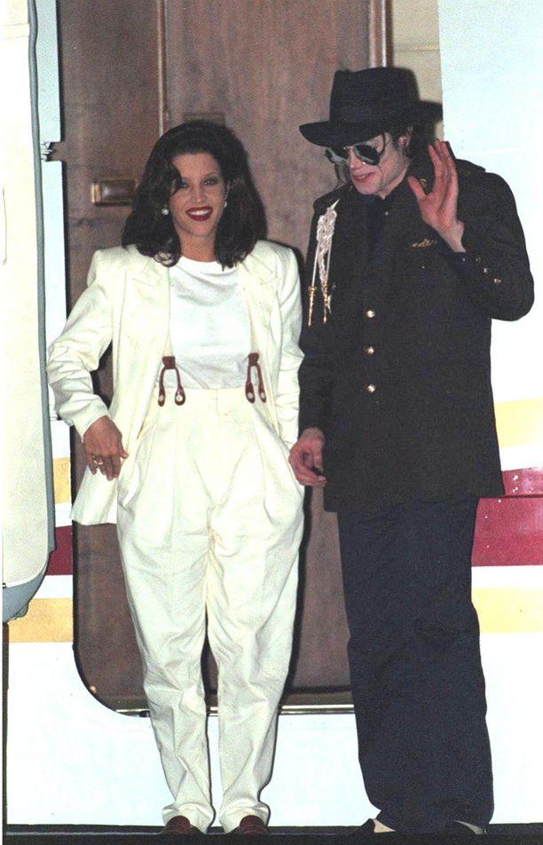 Tuore pariskunta hymyili kameroille vuonna 1994.