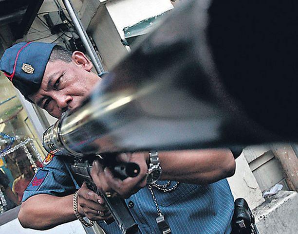 Filippiiniläinen poliisi esitteli Manilassa suunnatonta kanuunaa, joka on erityisesti nuorison suosima uudenvuoden ilotulitusväline. Tykistä pääsee niin luja pamaus, että poliisi on joutunut ryhtymään takavarikoimaan niitä.