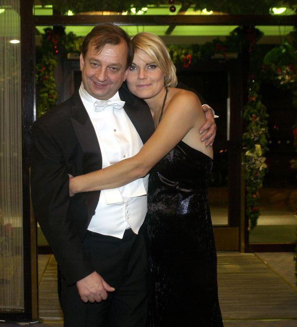 Hjallis ja Merikukka Linnan jatkoilla vuonna 2003. Pariskunta avioitui seuraavan vuoden kesällä. Liitto kariutui sittemmin.