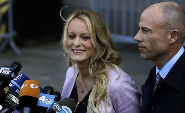 Stormy Daniels ja hänen asianajajansa Michael Avenatti oikeustalon edessä New Yorkissa 16.4.2018.