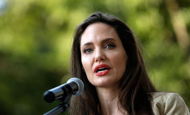 Kesäkuussa hyväntekeväisyystyöstään tunnettu Jolie vieraili Nairobissa tapaamassa pakolaisnaisia maailman pakolaispäivänä.