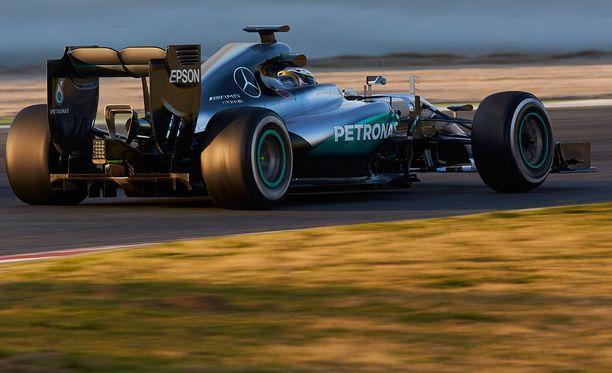 Mercedes peittelee uusia innovaatioitaan uteliaiden silmiltä.