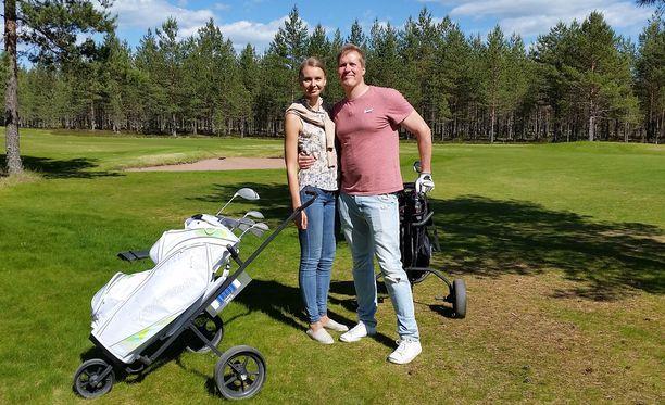 Marin ja Aapon golffailu sujuu hyvin, mutta aamuinen episodi painaa molempien mieltä koko päivän