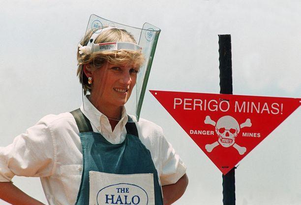 Prinsessa Diana vieraili Angolan miinakentillä vuonna 1997.