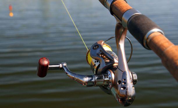 Kalastamisesta kieltoalueella saattaa napsahtaa sakot.