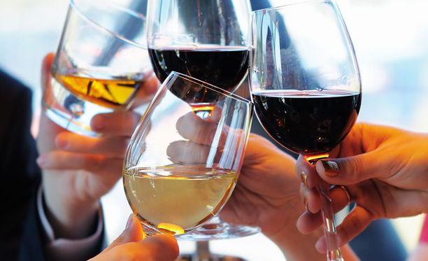 Alkoholin riskikäytön raja yli 65-vuotiaille on 7 annosta viikossa.