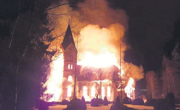 Lankalauantai oli synkkä Ylivieskan asukkaille. Rakas ja yli 200 vuotta vanha puukirkko paloi maan tasalle.