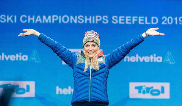 Therese Johaug menestyy myös yleisurheilussa.