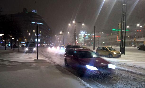 Liikenne sujui Helsingin keskustassa varhain tiistaiaamuna kovasta lumentulosta huolimatta.