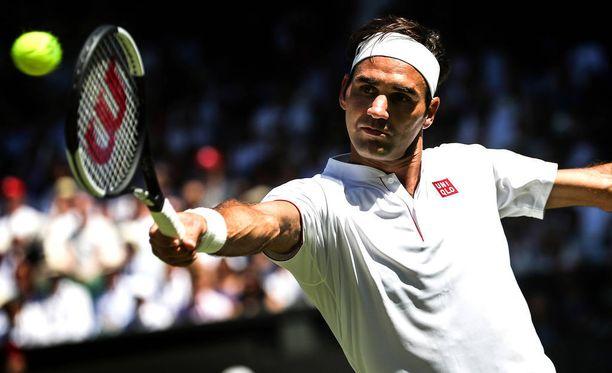 Roger Federer pelasi maanantaina Wimbledonissa uuden yhteistyökumppanin tekstiileissä.