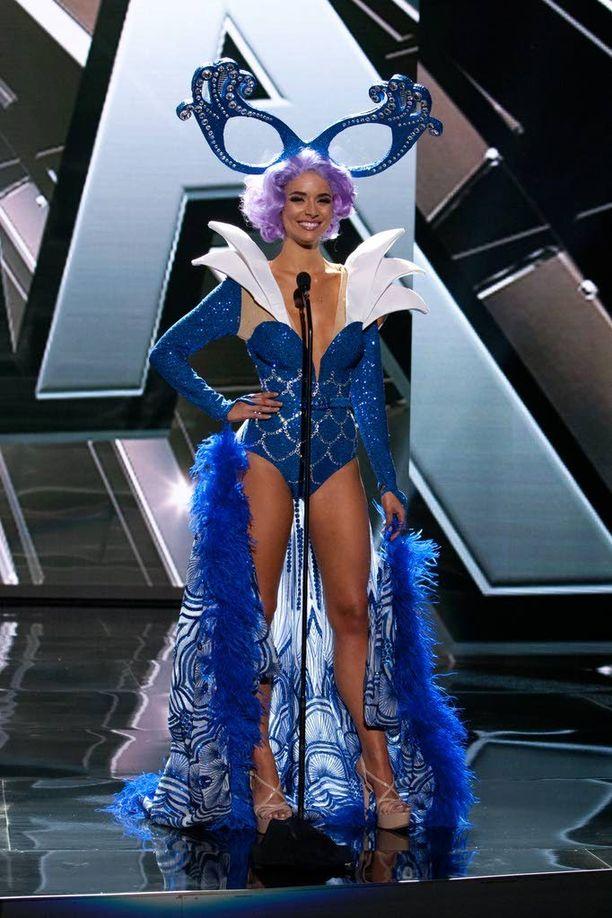 Miss Australia oli iskenyt kutreilleen suuret silmälasikehykset.