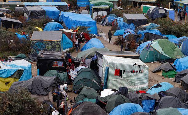 """Tuhansia siirtolaisia elää Calais'n lähellä olevassa leirissä, joka tunnetaan nimellä """"viidakko""""."""
