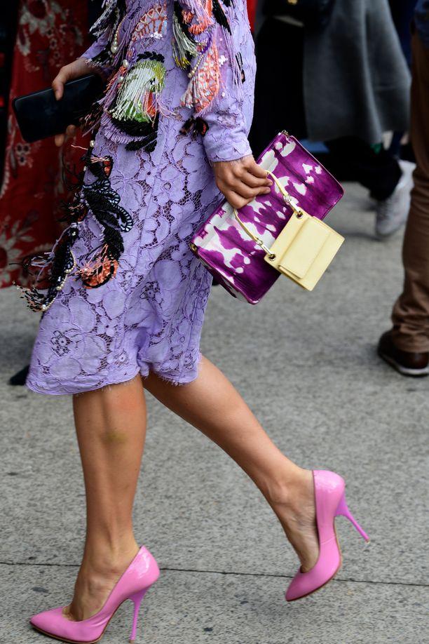 On turhaa kuvitella, että jotkut vaatteet olisi tarkoitettu pelkästään juhliin: siihen kaikkein koristeellisimpaankin mekkoon voi pukeutua arjessa - koska miksei? Värikkäät vaatteet ovat helpoin keino piristää harmaata arkea: pue päällesi reilusti saman värin eri sävyjä.