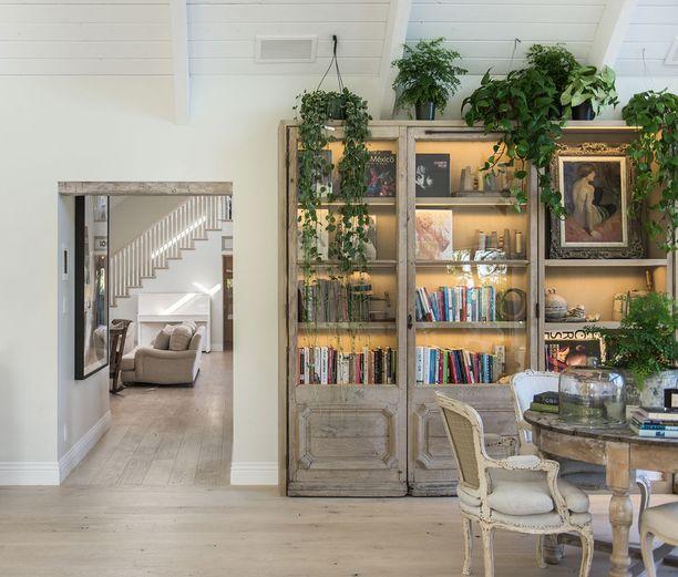 Modernin vaaleaksi remontoiduissa asunnoissa on paljon persoonallisia huonekaluja.