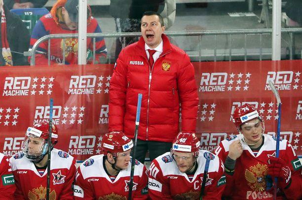 Venäjän päävalmentaja Ilja Vorobjov tarvitsi toppatakkia, mikä venäläisten mielestä oli oikea asukoodi.