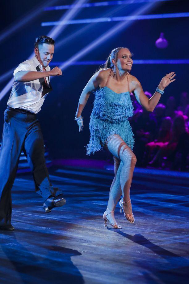 Marja Hintikasta on kuoriutunut taitava tanssija Matti Puron opastuksessa.