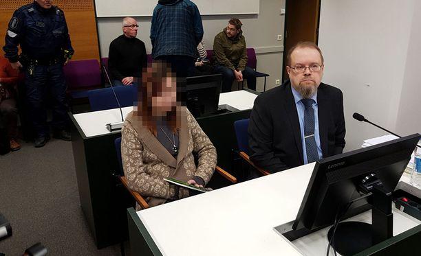 Kahdesta murhasta syytetty nainen käyttäytyi oikeudessa rauhallisesti.