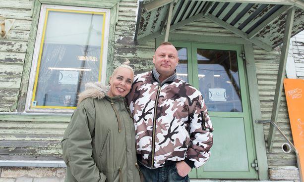 Wilman ja Ollin liiketila on entinen apteekki. Virolaismummot käyvät tämän tästä ovella kyselemässä lääkkeidensä perään. Heidät ohjataan toiseen osoitteeseen ystävällisesti ja selvällä viron kielellä, jonka sekä Wilma että Olli taitavat.