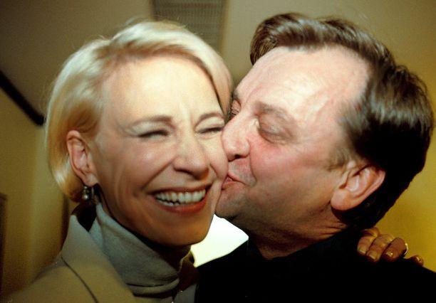 Hjallis Harkimo pyysi 50-vuotisjuhlillaan Leenalta julkisesti käytöstään anteeksi. Nykyään ex-pari kutsuu toisiaan ystäviksi.