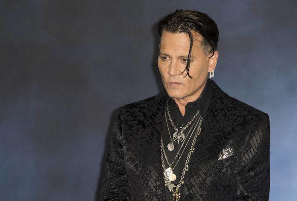 """Johnny Depp ei näyttänyt laittavan hanttiin, kun """"ystävä"""" tarttui miestä naamasta."""