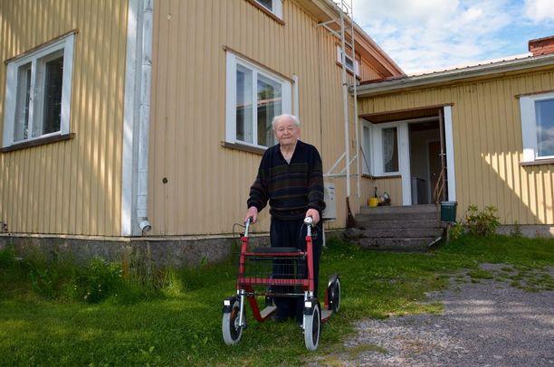 Osmo Uusi-Pietilä pärjää rollaattorillaan vielä peltoaukean keskellä sijaitsevan kotinsa pihapiirissä, mutta tielle asti ei veteraani jaksa enää kävellä.