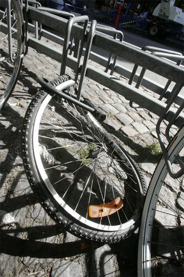 Pelkästä renkaasta telineeseen lukittu pyörä on varkaille helppo saalis.