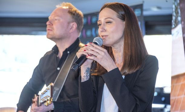 Terhi Kokkonen tulkitsi Vain elämää -aloitusjaksossa Dannylle tärkeän kappaleen.