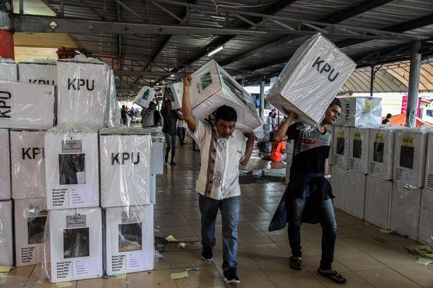 Vaalityöntekijät jakoivat vaaliuurnia äänestyspaikoille Pohjois-Sumatran provinssissa tiistaina.
