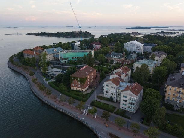 Helsingin poliisi kertoo tutkivansa tapausta, jossa 19-vuotiasta miestä lyötiin teräaseella ylävartaloon Kaivopuistossa.
