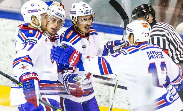 NHL:n 24-vuotias ex-ykkösvaraus Nail Jakupov (keskellä) palasi Venäjälle.