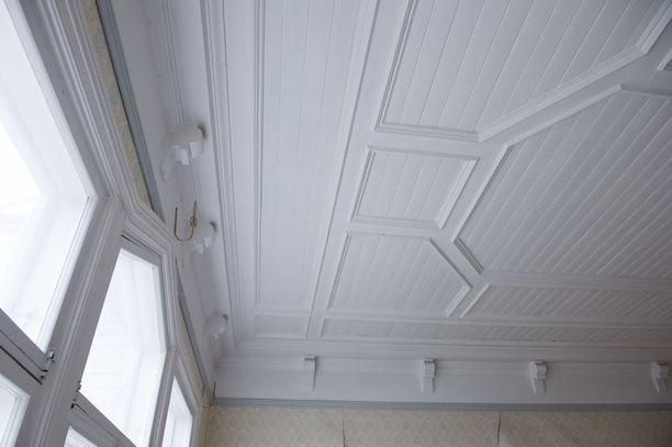 Myös salin katto on koristeltu.
