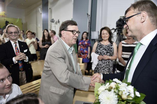 Keskustan kunniapuheenjohtaja Paavo Väyrynen ja nykyinen puheenjohtaja Juha Sipilä. Ensi kesänä jälleen vastakkain puoluekokouksessa?