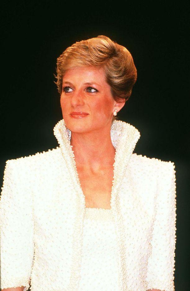 Catherine Walkerin prinsessalle suunnittelemaa iltapukua kutsuttiin Elvis-puvuksi sen korkean kauluksen vuoksi. Puku on esillä Kensingtonin palatsissa.