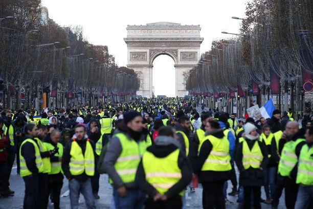Keltaliivit ovat kerääntyneet sankoin joukoin Champs-Elyséelle.