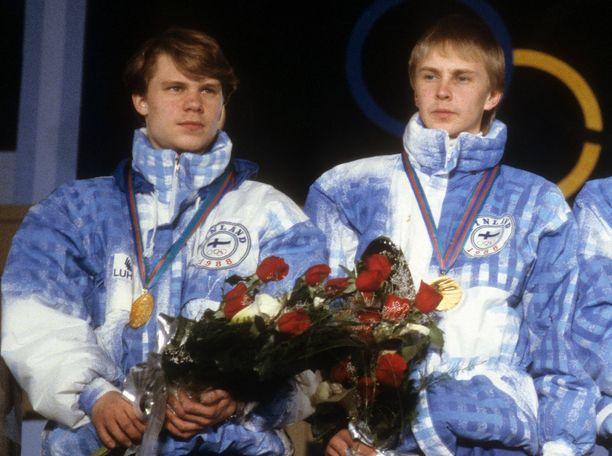Ari-Pekka Nikkola (vas.) ja Matti Nykänen olivat voittamassa Suomelle joukkuemäen olympiakultaa vuonna 1988 Calgaryssä.