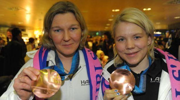 Karoliina Rantamäen (vas.) ja Emma Laaksosen mielestä tämä pronssi maistui makeammalta kuin 12 vuoden takainen.