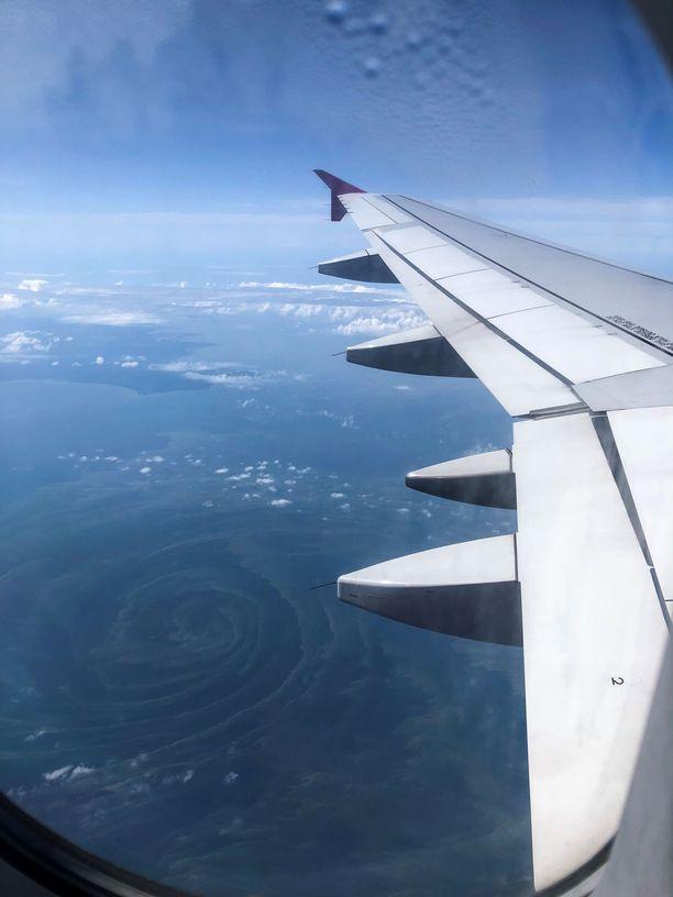 Tältä Itämeressä ollut sinileväpyörre näytti lentokoneesta kuvattuna.