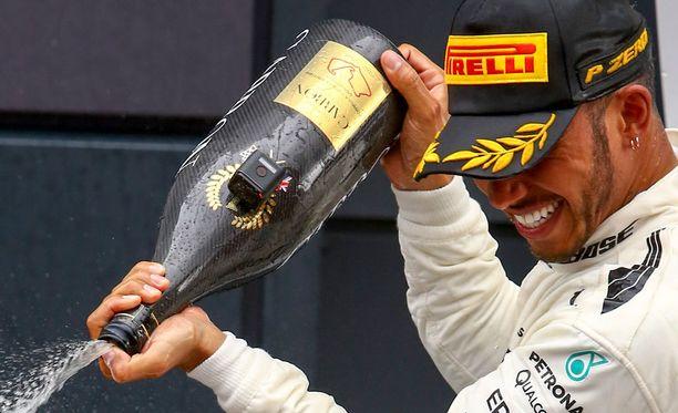 Myös Lewis Hamiltonin pullossa oli kamera Silverstonen osakilpailun jälkeen. Kuvan saa suuremmaksi klikkaamalla.