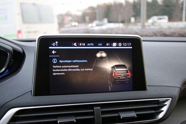 Kuljettajan ei tarvitse huolehtia pitkästä ja lyhyistä valoista.