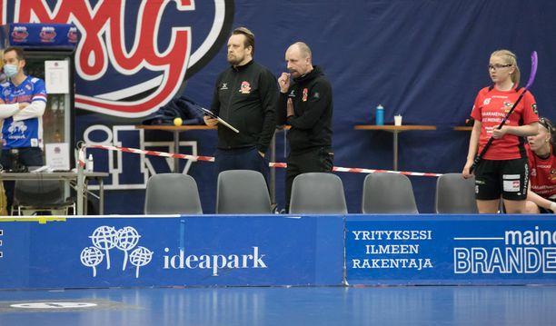 SSRA:n päävalmentaja Petri Turunen (keskellä oikealla) sai potkut kesken välierien. Valmennusvastuussa jatkaa Karo Kuussaari (vasemmalla).