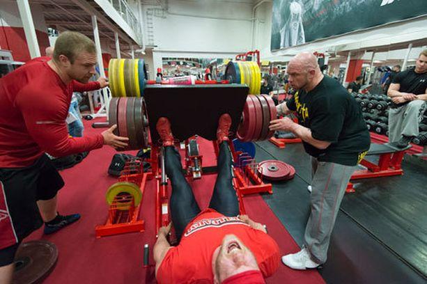 Kille Kujala kertoo pystyvänsä tekemään jalkaprässissä 650 kilolla kympin sarjan. Kuva treeneistä viime keväältä.
