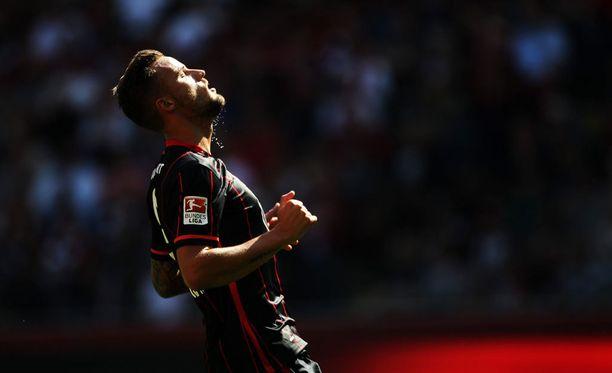 Eintracht Frankfurtin Haris Seferovic manaa hukattua maalipaikkaa.